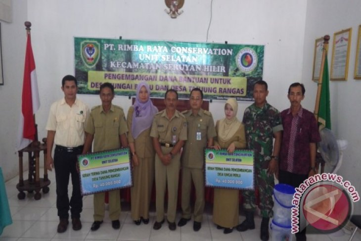 PT Rimba Raya Conservation Hands Over Village Development Funds to Village Chiefs of Sungai Perlu and Tanjung Rengas Villages