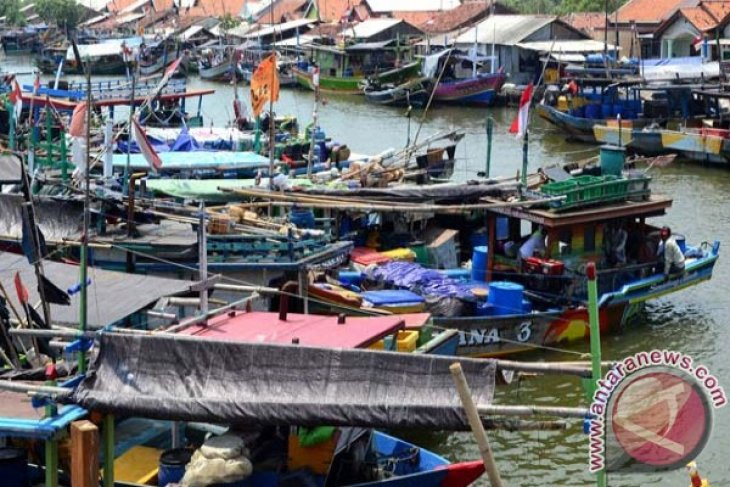 Karawang Berikan 100 Sertifikat Tanah Nelayan