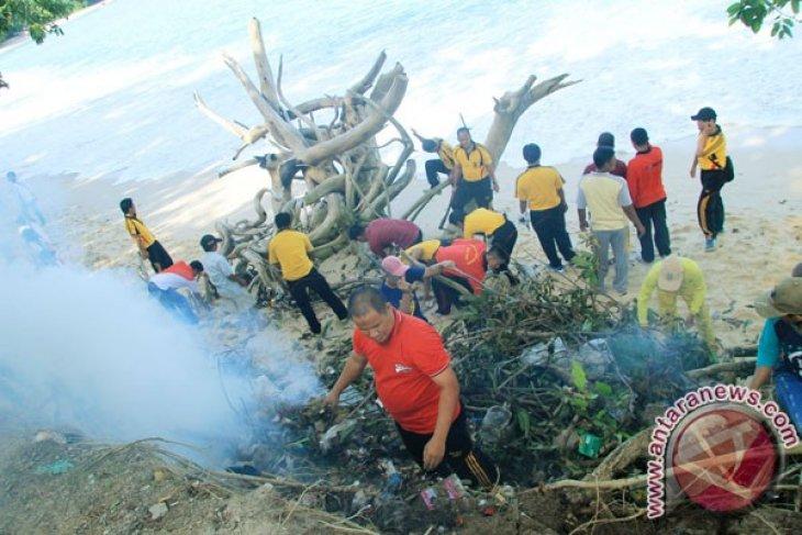 Polres dan Pemkab Kaur bersihkan Pantai Linau