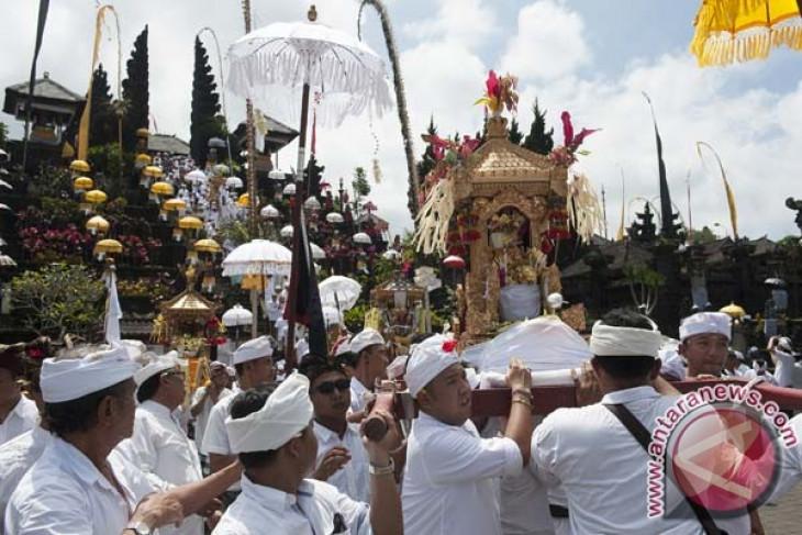 Foreign tourists flock to Bali for spiritual comfort