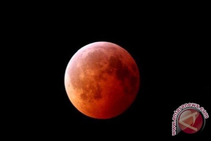 Warga Pontianak antusias saksikan gerhana bulan
