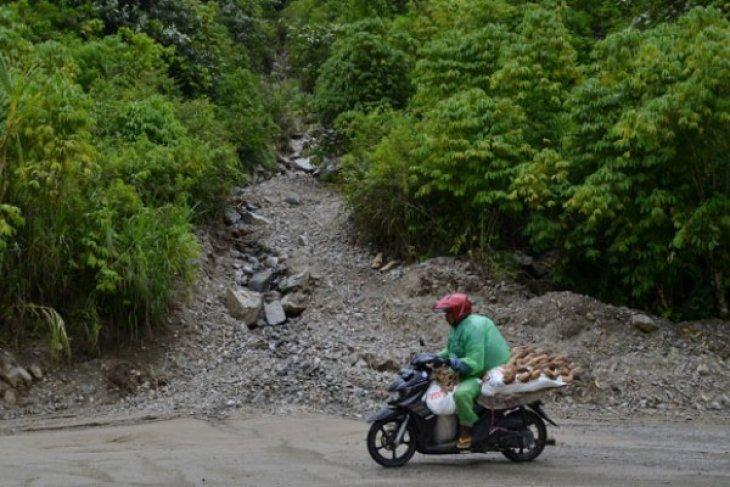 2.000 warga Solok Selatan terisolasi akibat longsor