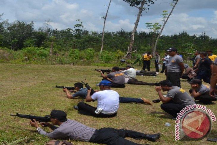 Anggota Polres Melawi Latihan Menembak