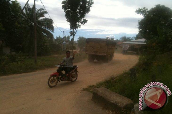 Jalan Kampung Baru Di Sungai Ayak Berdebu