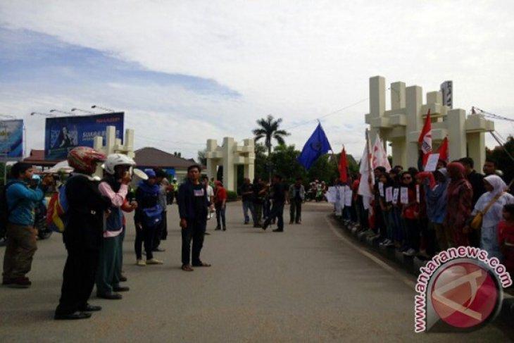 Buruh Kalbar Tuntut Kenaikan UMP 100 Persen