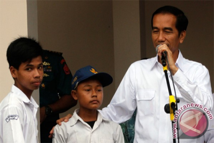 President hands out three social cards in Sleman