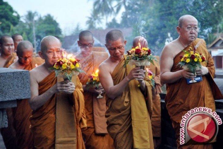Umat Buddha Gelar Ritual Doa di Candi Mendut
