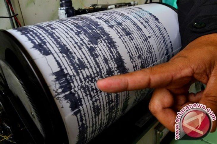 Warga Gorontalo berhamburan  karena gempa 7,1 SR