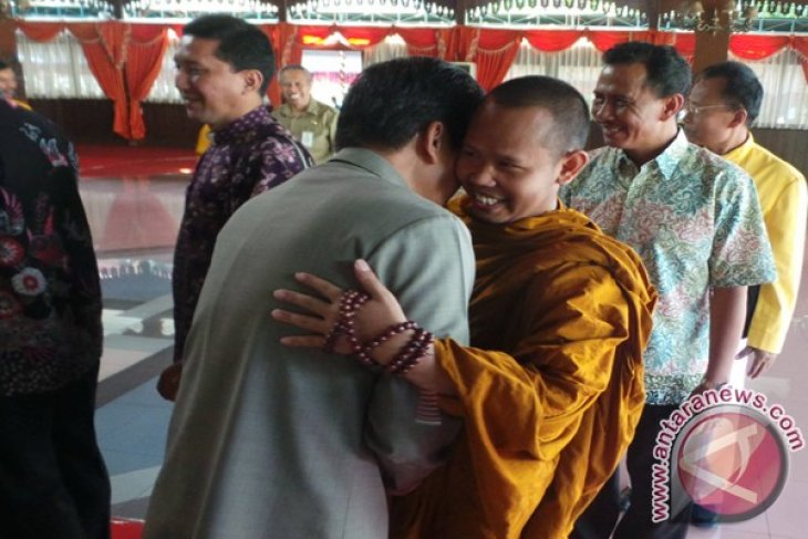 "Interfaith leaders get together in Kudus gov't ""halal bilhalal"""