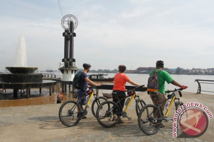 Asyiknya wisman bersepeda di tepian Sungai Kapuas