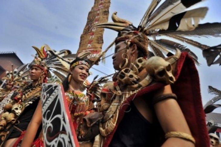 Warga Dayak Landak Ikuti Karnaval