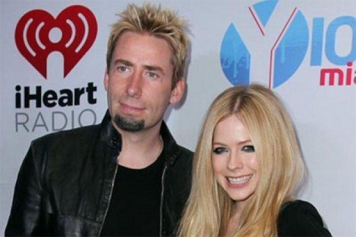 Avril Lavigne Berteman Dengan Mantan Suaminya