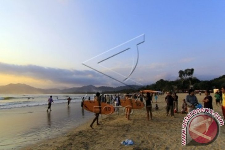 Destinasi Wisata Pantai Pulau Merah
