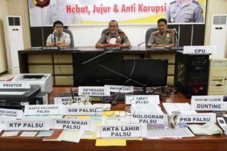Polda Kalbar Tangkap Pemalsu Dokumen