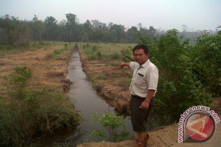 PT-ALMN Distribusikan Air Ke Kanal Untuk Cegah & Padamkan Kebakaran
