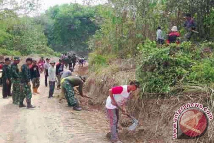 TNI Buka Jalan Poros Desa Di Banjar