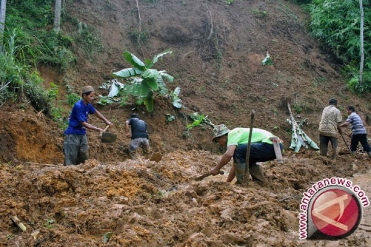 Waduh, Warga Kampung Cublekan Masih Terisolasi Pascalongsor