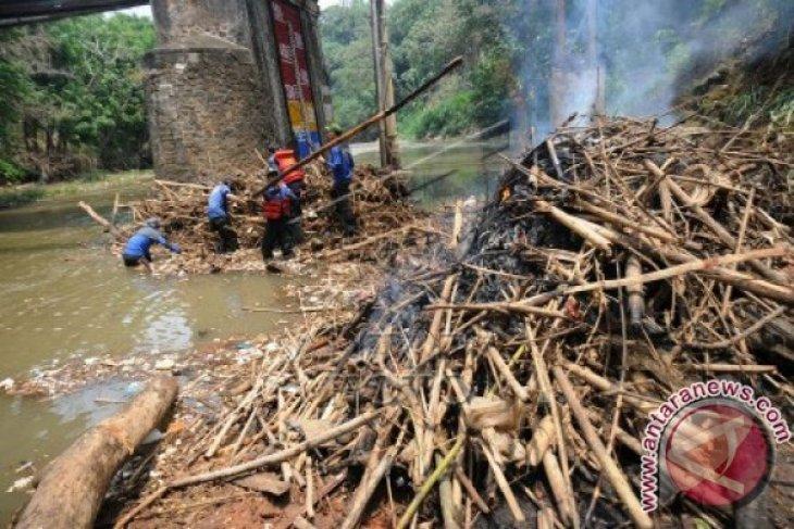 Bersihkan Sampah Sungai Ciliwung