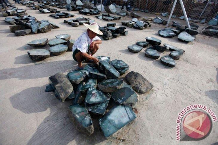50 Orang tewas akibat tanah longsor tambang batu giok
