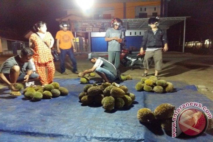Pedagang Durian di Ketapang Raup Untung