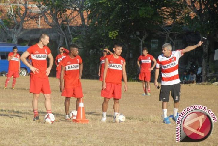Arcan Iurie, mantan pelatih sejumlah klub sepak bola dideportasi ke negara asalnya