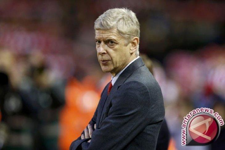 Arsene Wenger Abaikan Spanduk Penggemar Tuntut Mundur