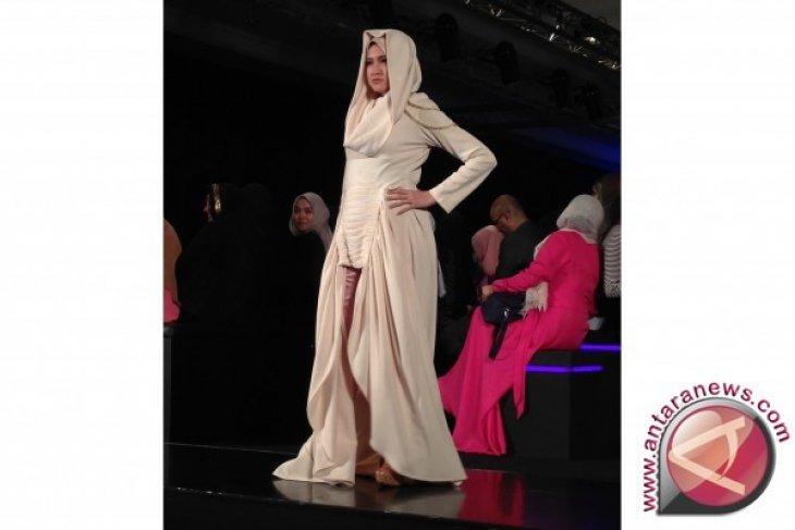 Marshanda jadi peragawati berjilbab di Indonesia Fashion Week 2016