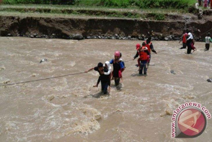 Relawan PMI Diturunkan Bantu Warga Menyeberangi Sungai