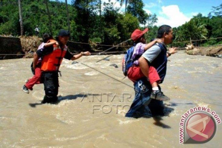 Warga Cipiit Sukabumi Swadaya Membangun Kembali Jembatan