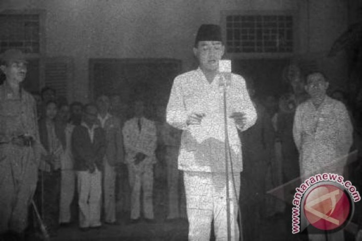 Bung Karno Dapat Bintang Mahaputra Dari Dewan Adat Nusantara