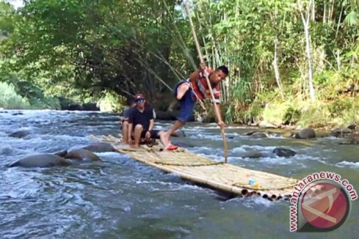 Ratusan Pengunjung Loksado Kalsel Naik Rakit Bambu