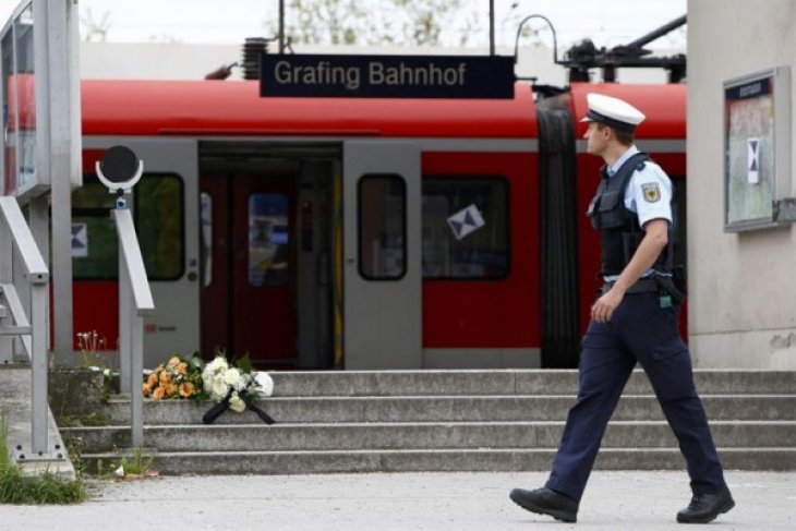 Knifeman kills one at Munich station; no evidence of Islamist motive