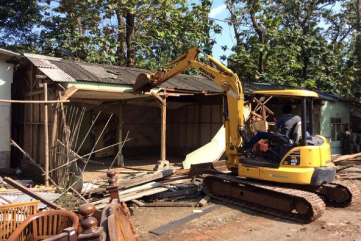 Pemkab Purwakarta Tertibkan Puluhan Bangunan Liar