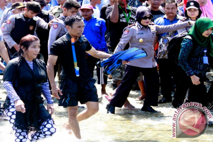 Minister Susi delivers Rp3.5 billion in assistance to fishermen in Gorontalo