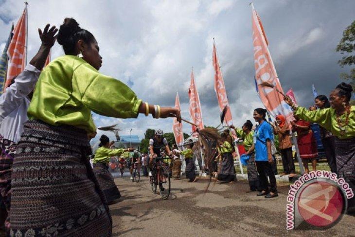 Minister Ramli flags off Tour de Flores cycling event
