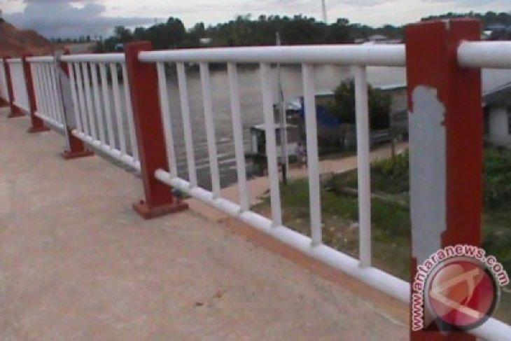 Cat Tiang Pengaman Jembatan Kapuas Tayan Mengelupas