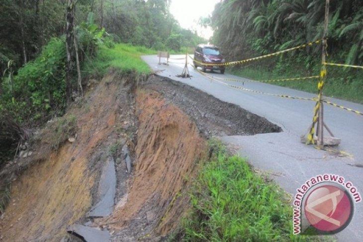 Hati-hati Jalan Sibolga Tarutung Longsor