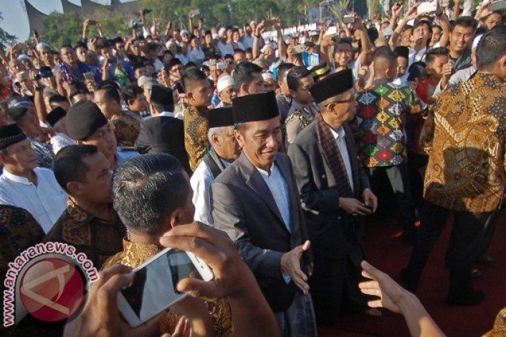 President Jokowi performs Eid Prayers in Padang