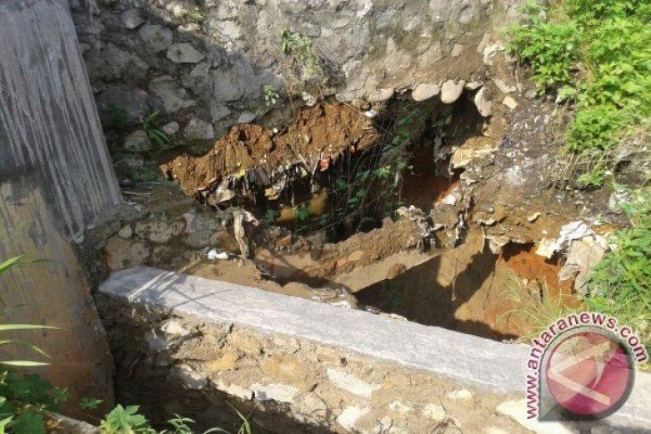 Komisi V tinjau kerusakan tanggul Kali Bekasi