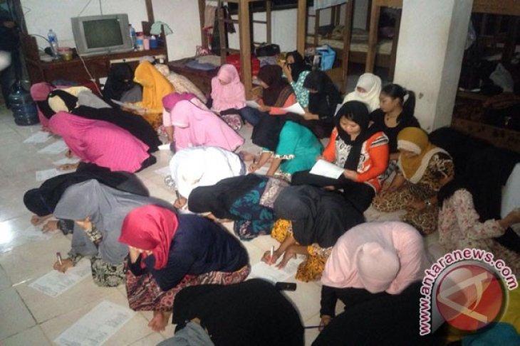 Petugas Gabungan Gerebek Penampungan TKI Jatibening Bekasi