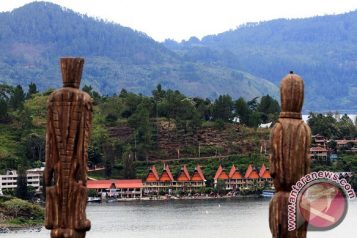 Government conducts cleanup of water hyacinth in Lake Toba