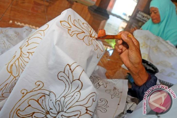 Batik artisans attend financial workshop in Cirebon