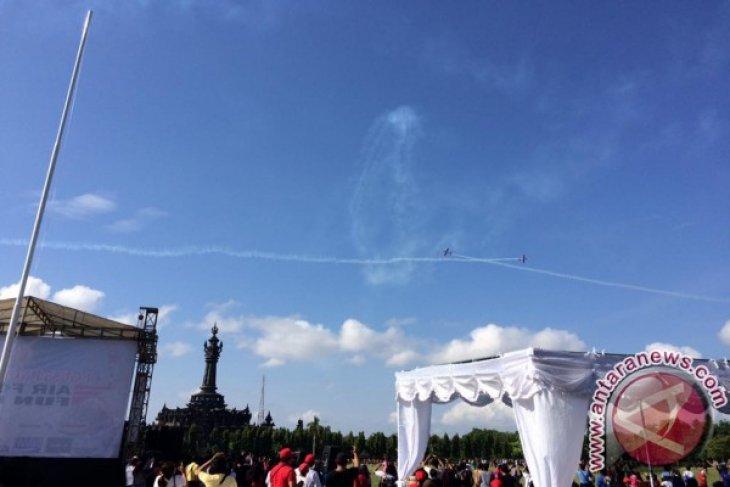 Enam Pesawat Jat TNI AU Tampil Di Renon