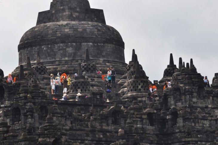Thousands throng Borobudur Temple