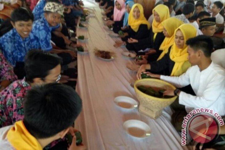 Pelajar Muslim Dan Nonmuslim Ikuti