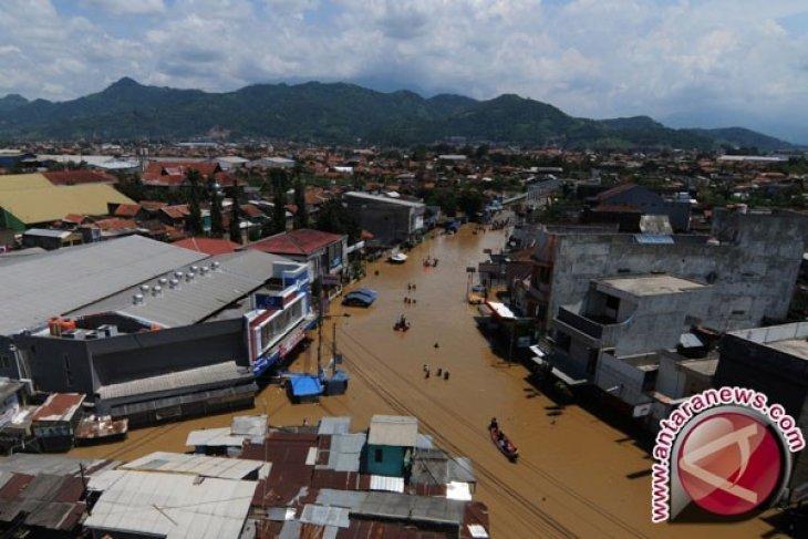 Jalan Rusak Akibat Banjir di Baleendah, Bandung