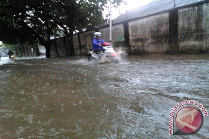 Banjir di Seluma sulitkan petani angkut sawit-karet