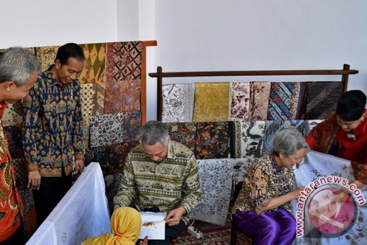 Jokowi-Lee carry out batik diplomacy