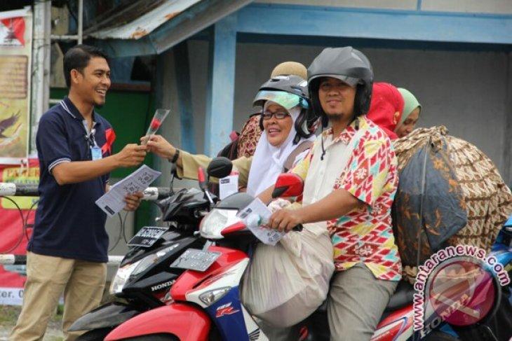 KPA Aceh Barat bagi bunga peringati Aids