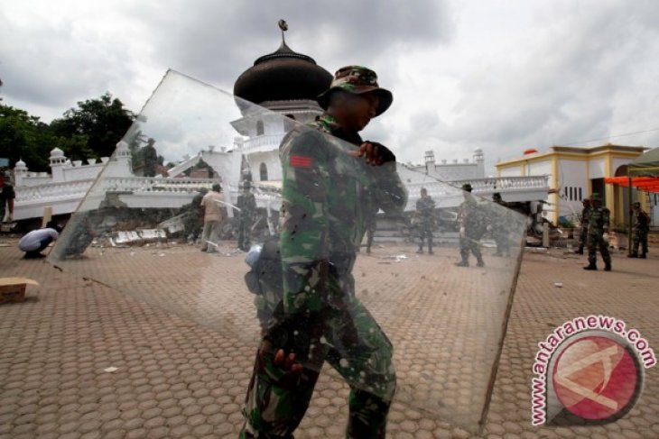 Military personnel help debris clear process in quake-hit Aceh